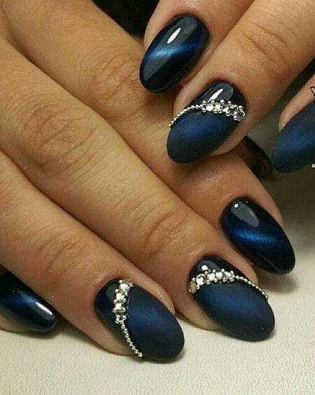 tiger eye lakkal készült kék köröm ötlet